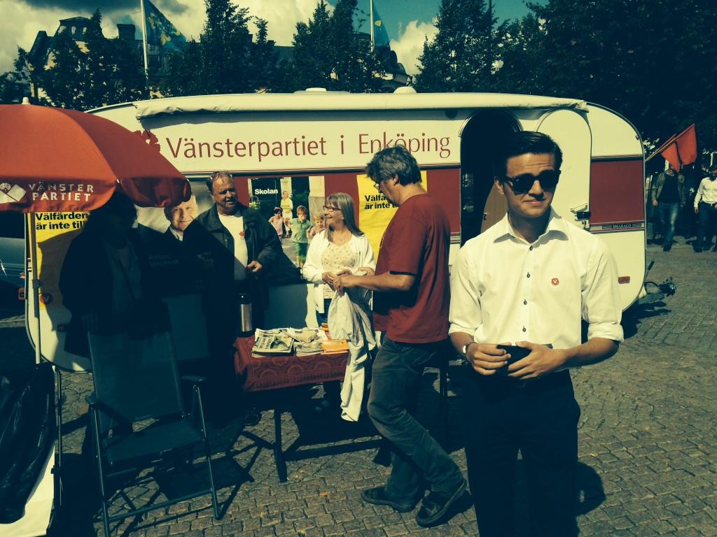 """Vänsterpartiets """"valstuga"""" på plats i Enköping."""