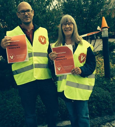 Magnus Ahlkvist och Britta Dalved presenterar Vänsterpartiet i Enköpings valplattform, och passar samtidigt på att spärra av Örsundsbros vårdcentral.